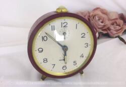 Ancien réveil Jaz métal couleur bordeaux à l'allure très tendance vintage et shabby à la fois, sans tic-tac, pour décoration.