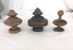 Voici un trio d'assortiment d'anciennes toupies en bois tourné tout droit sorties d'un fronton de meuble.