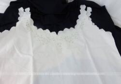 Ancien caraco ou chemise de jour courte, brodé sur le devant de belles fleurs ajourées et des monogrammes F et R.