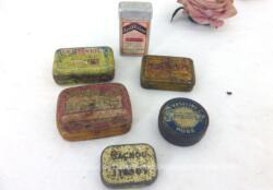 Voici un lot de 6 anciennes petites boites de médicaments en fer sérigraphiées comprenant Le Rénïol, Le Mucinum, Cachou Tissot, Blackoids Brown, Vaseline Argiline et Scillitrine . Frais de port offerts