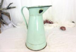 Ancien broc émaillé vert pastel avec ses éclats et sa patine authentique d'oxydation. Vintage à souhait !