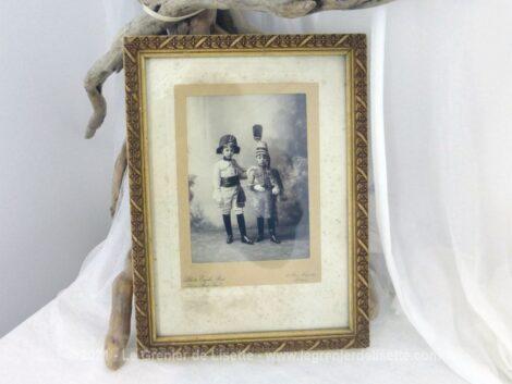Cadre en bois avec décorations de 27 x 20 cm et sa photo du début du XX° de deux enfants habillés en militaire.