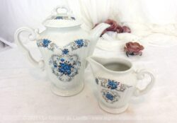 Sortis des Manufactures Orchies Moulin des Loups Hamage, voici le modèle Sévigné avec une cafetière verseuse et son pot à lait ou à crème, décorés de fleurs bleues