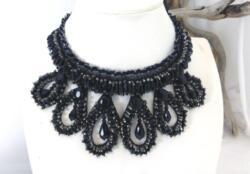 Voici un collier col en perles de verre cousu sur ruban en dentelle élastique non fermé pour choisir au choix sa nouvelle vie.