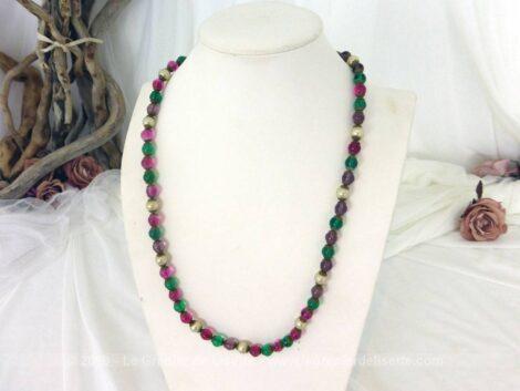 Voici un ancien long collier sautoir de 73 cm sautoir en perles de verre de 4 couleurs différentes et pouvant se porter de multiples façons.