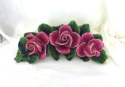 Voici une ancienne barbotine en forme d'arc décorée par des fleurs roses, vestiges d'anciennes décorations de pierres tombales.