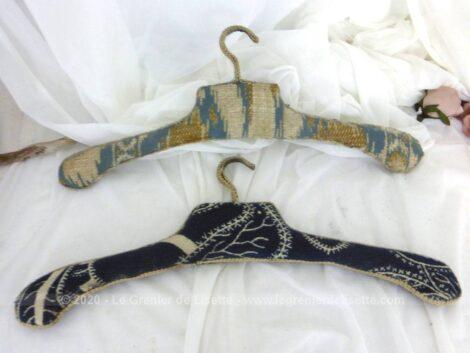 Voici un duo de cintres anciens habillés chacun d'un beau tissus d'ameublement et et décorés d'un galon.