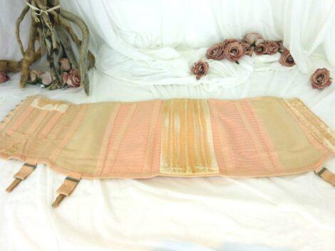 De couleur saumon, voici un ancien corset gaine à crochets sur le coté et baleines sur le devant et au dos, En bon état. Pour une taille 42/44.
