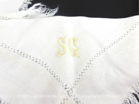 Voici un lot 5 petites serviettes à thé de 32 x 32 cm + franges, décorées de jours et brodées des monogrammes SG en jaune.