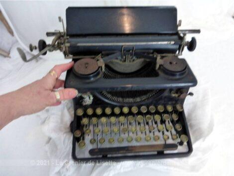 Ancienne machine à écrire vintage de la marque MAP, de taille standard, elle sera facile à mettre en exposition.