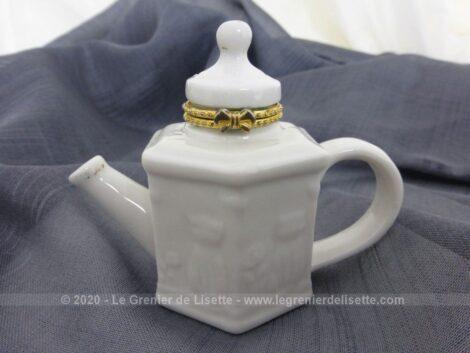 Voici une petite boite en céramique blanche en forme théière avec un beau décor en relief de chats.
