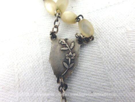 Ancien chapelet de 38 cm de long avec de fines perles ovoïdes en nacre puis une médaille en argent et se terminant par une superbe croix laiton et nacre supportant un Christ en argent.