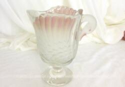 Voici un vase en verre en forme de cygne, avec les ailes en verre poli et rosé et dont la tête sert de anse.