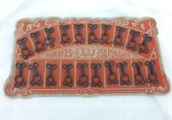 Voici un ancienne planche rouge d'agrafes supérieures BBF n°4 avec encore toutes les agrafes cousues sur le carton. Trop vintage.