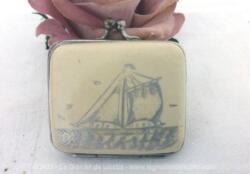Ancien petit porte monnaie en bakélite écrue, souvenir d'un port avec la gravure d'un grand voilier et comportant 3 compartiments.