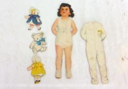 Voici une ancienne poupée à découper en papier avec ses habits et ses jouets.