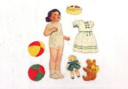 Voici une ancienne poupée découpée dans du papier avec ses nombreux habits et ses jouets.