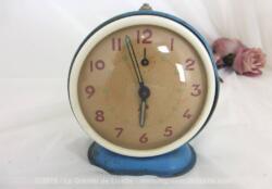 Ancien petit réveil mécanique à la forme ronde en métal laqué bleu de la marque SMI.