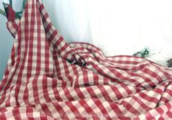 Voici un ancien rideau en tissus d'ameublement à carreaux rouges de 135 x 200 cm avec passants pour tringle.