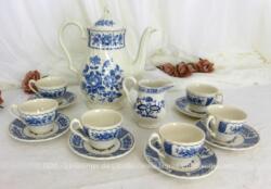 """Voici un beau service à café en porcelaine anglaise. """"Fine Ironstone, England"""" , Modèle Melody by Myott. Il est composé d'une cafetière verseuse, d'un pot à lait ou à crème et de 6 tasses et sous-tasses."""