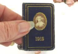 """Ancien très mini almanach 1915 avec en couverture un écusson de """"La Marquise de Sévigné"""". Cadeau publicitaire des Chocolats de Royat."""