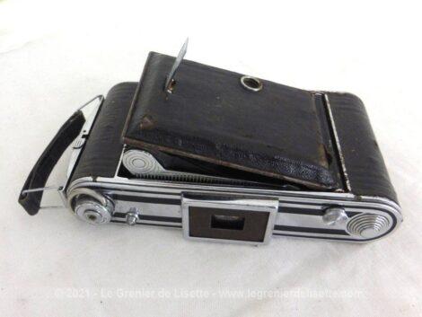 Voici un ancien appareil photo à soufflets de la marque Kodak et sa sacoche en cuir.