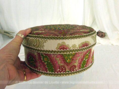 Voici une belle boite ronde en carton épais habillée de tissus soyeux et décoré de galons sur 23 cm de diamètre sur 10 cm de haut