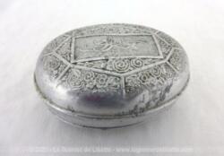 Voici un ancienne boite à savon en fer blanc avec de belles décorationsde fleurs et volutes en relief, prévue pour un savon Cadum.