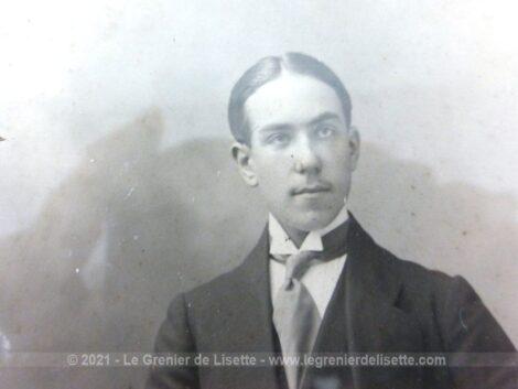 Sur 26 x20.5 x 1.2 cm, voici un cadre en bois avec un passe-partout en verre et la photo d'un bel homme posant dans les années 20. A poser.
