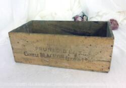 Voici un ancien petit caisson en bois de 11.5 x 32 x 16 cm portant les mentions Prunes d'Ente de Camille Blachon à Eymet et bien patiné par le temps.