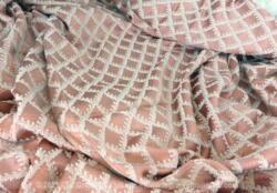 Voici un coupon de tissus ameublement épais sur fond rose poudré aux dessins de losanges. C'est un ancien rideau de 160 x 212 cm.