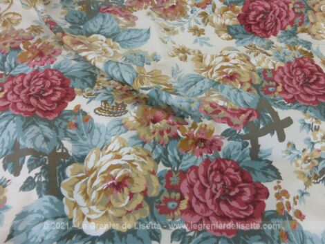 Voici un superbe foulard soyeux vintage des années 80/90 avec au centre des dessins de pivoines dans des tons pastel sur 87 x 88 cm.