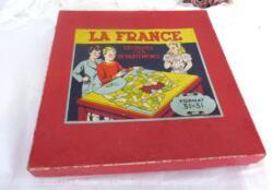 Belle boite cartonnée pour le jeu de la France découpée par Départements, façon puzzle, format 31 x 31, réalisé par l'Imprimerie Franoz à Paris.