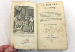 """Vieux de plus de 200 ans, voici le livre """"La Morale en Action"""" daté de 1820, avec sa reliure en cuir bien patinée et ses annotations à la plume. Pièce vraiment unique."""