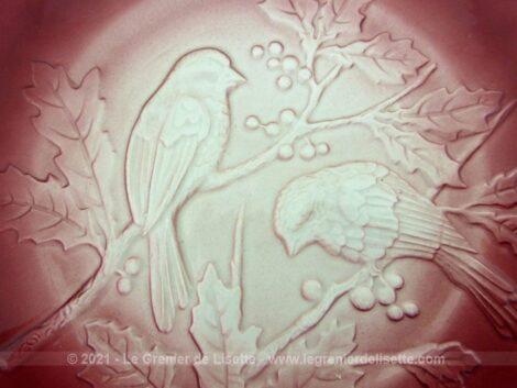 De 20 cm de diamètre, voici un lot de trois assiettes à dessert couleur rouge carmin des Faiencerie FF Pexonne décorées d'oiseaux sur des branches de houx.