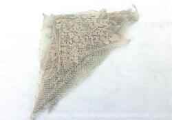Voici un lot d'anciennes incrustations en dentelle toutes en forme de triangle avec différents motifs. Pour des créations vintages.