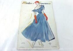 Voici la revue Modes et Travaux de Juin 1948 sur 26 pages avec des dessins et photos de superbes robes et des mini patrons pour la réalisations de votre garde robe estivale et... vintage !