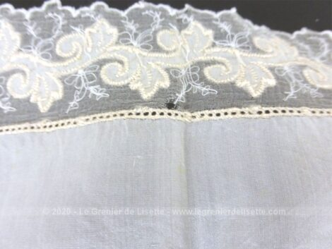 Fait main, voici un ancien mouchoir de mariée de 30 x 28 cm en soie beige bordé d'une sublime dentelle brodée en fil de soie d'une guirlande de volutes.