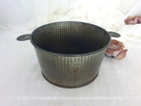 Vraiment vintage, voici un ancien moule à gâteaux rond en métal avec ses petites anses de la marque Gaufrex.