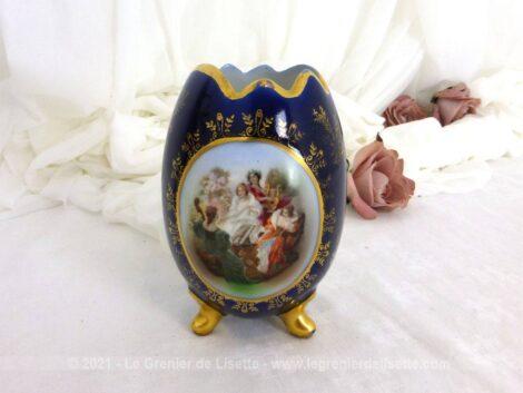 Datant des années 50, voici un ancien petit vase de 12 cm de haut en forme d'oeuf tripode en porcelaine allemande estampillé JLMENAU.