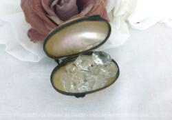 Voici un mini et ancien oeuf en nacre qui daterait du XIX°, époque Napoleon III et rempli de pampilles en verre forme diamant.