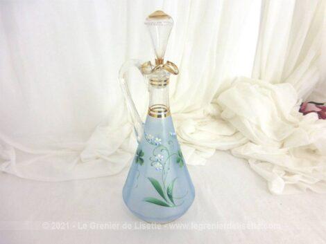 Peinte à la main, voici une ravissante carafe avec des dessins de trèfles à 4 feuilles sur fond bleu mat avec des dorures et son superbe bouchon.