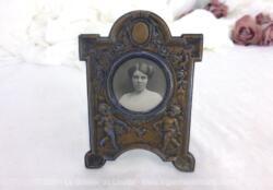 Voici un ancien porte montre-gousset revisité en cadre photo, dans sa patine d'origine avec le portrait d'une belle demoiselle du début du XX°.