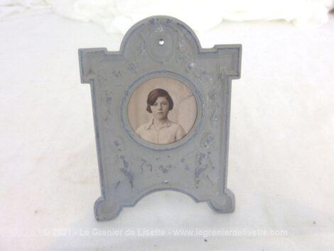 Voici un ancien porte montre-gousset revisité en cadre photo à la patine shabby gris gustavien avec le portrait d'une jeune fille du début du XX°.