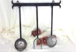 Pour décoration, voici un support en fer forgé et ses ustensiles de cuisine en cuivre, le tout fait main. Ensemble unique.