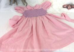 Voici une adorable robe fait main tout en vichy rose avec smocks devant et derrière et correspondant à peu près à une taille de 6 ans.