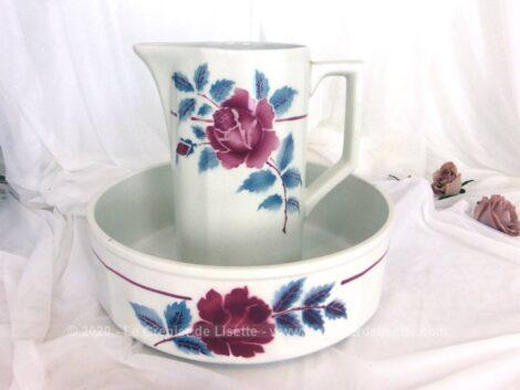 Voici un ancien service de toilette en faïence Moulin des Loups Hamage , modèle Nice, avec bassine et broc décorés d'une rose fuchsia aux feuilles bleues.