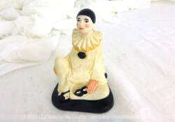 Adorable statuette vintage en plâtre d'un Pierrot assis avec son masque dans la main.