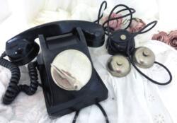 Voici un ancien téléphone en bakélite avec cadran à clapet et sa sonnette. Du pur vintage !