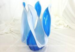 Superbe décoration en verre soufflé à la main de couleur bleu lagon et blanc en forme de 4 flammes virevoltant au vent. Pièce unique.